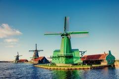 Moinhos de vento holandeses tradicionais do canal Rotterdam holland Imagens de Stock Royalty Free