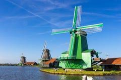 Moinhos de vento holandeses tradicionais em Zaanse Schans, Amsterdão, Países Baixos Imagem de Stock