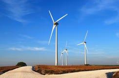 Moinhos de vento na estrada foto de stock