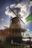 Moinhos de vento na Holanda com canal Imagens de Stock