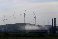Moinhos de vento na montanha imagem de stock
