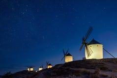 Moinhos de vento na noite na cidade de Consuegra na Espanha imagem de stock royalty free