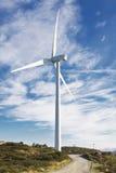Moinhos de vento na parte superior de um montain com céu azul Imagens de Stock