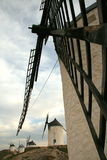 Moinhos de vento na perspectiva fotos de stock