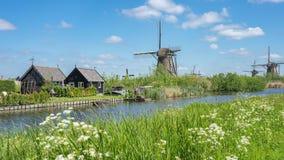 Moinhos de vento na vila de Kinderdijk em Molenlanden, lapso de tempo de Países Baixos video estoque