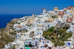 Moinhos de vento na vila Oia em Santorini Imagem de Stock Royalty Free