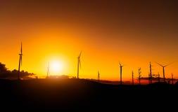 Moinhos de vento no céu do tempo do por do sol Imagens de Stock Royalty Free