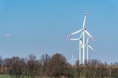 Moinhos de vento no campo Fotografia de Stock Royalty Free
