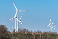 Moinhos de vento no campo Fotografia de Stock