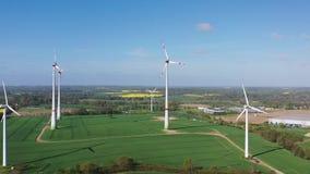 Moinhos de vento no campo video estoque