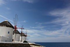 Moinhos de vento no console de Mykonos Fotografia de Stock
