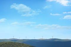 Moinhos de vento no monte fotos de stock