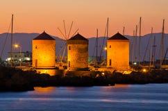 Moinhos de vento no porto do Rodes, Grécia fotografia de stock royalty free