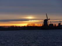 Moinhos de vento no Zaanse Schans pelo nascer do sol imagens de stock