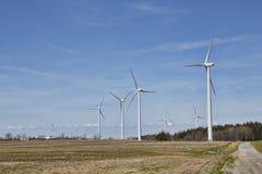 Moinhos de vento nos montes fotografia de stock