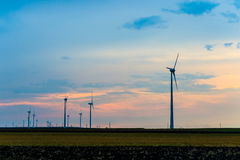 Moinhos de vento para a produção de eletricidade eficiente da energia Imagens de Stock Royalty Free
