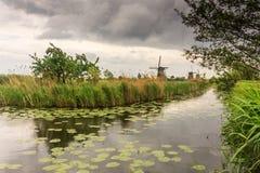 Moinhos de vento pelo canal Fotografia de Stock