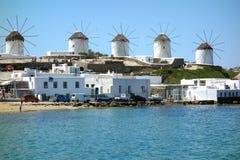 Moinhos de vento pelo litoral fotografia de stock