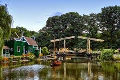 Moinhos de vento perto de um lago em Arnhem fotos de stock royalty free