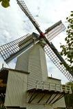 Moinhos de vento perto de um lago em Arnhem Países Baixos julho foto de stock