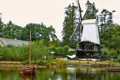 Moinhos de vento perto de um lago em Arnhem Países Baixos julho fotos de stock