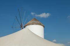 moinhos de vento típicos da região Fotos de Stock