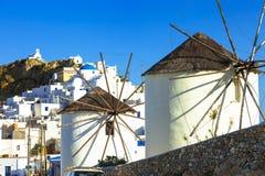 Moinhos de vento tradicionais de Grécia Ilha de Serifos fotografia de stock