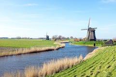 Moinhos de vento tradicionais em uma paisagem holandesa em Países Baixos imagem de stock