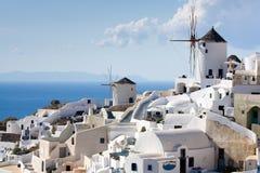 Moinhos de vento tradicionais na vila Oia de Santorini Fotografia de Stock Royalty Free