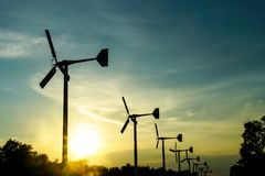 Moinhos de vento, turbina eólica e céu no centro recreativo de Bangpu imagem de stock
