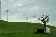 Moinhos de vento velhos e novos Fotografia de Stock