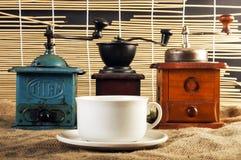 Moinhos e copos de café Fotografia de Stock Royalty Free