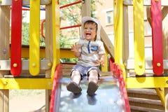 20 mois d'enfant sur la glissière Images libres de droits