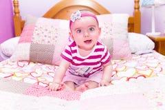 8 mois de bébé avec l'usage rose Photo stock