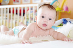 4 mois de bébé dans la couche-culotte à la maison Photo stock