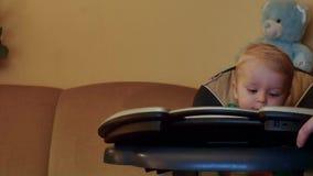 9 mois de bébé essayant de jouer sur le bourdonnement doux de piano électrique clips vidéos