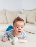 2 mois de bébé garçon à la maison Photos stock