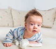 2 mois de bébé garçon à la maison Photo stock