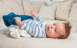 2 mois de bébé garçon à la maison Images libres de droits