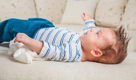 2 mois de bébé garçon à la maison Images stock