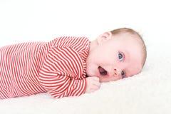 2 mois de bébé se trouvant sur le ventre Image stock