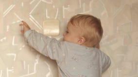 9 mois de commutateur de bébé garçon sur le bourdonnement doux léger ont légèrement brouillé la version banque de vidéos