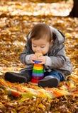 8 mois de garçon en automne Photo stock