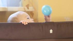 9 mois espiègles mignons de bébé garçon jette la boule clips vidéos