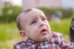 6 mois mignons de bébé baillant Image stock