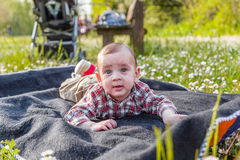 6 mois mignons de bébé curieux mais serein Image stock