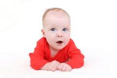 3 mois mignons de bébé dans la combinaison rouge Image libre de droits