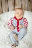 6 mois mignons de bébé garçon dans un costume de singe Photographie stock libre de droits