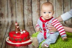 6 mois mignons de bébé garçon dans un costume de singe Photos stock