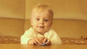 9 mois mignons de bébé souriant et cachant le bourdonnement doux banque de vidéos